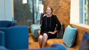 Karin Madliger in der renovierten Kundenhalle. Bild: Chris Iseli