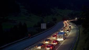 Autos stauen sich am Freitag, 6. Juli, bei Wassen auf der Gotthardautobahn A2 (Archiv)