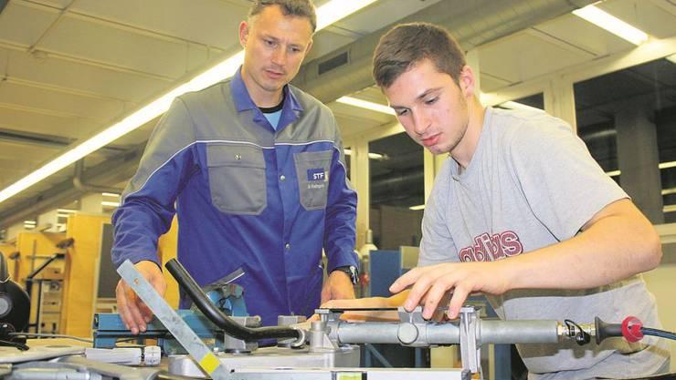 Bruno Rathgeb trainiert in seiner Freizeit mit seinem Schützling Argetim Nasufi Techniken zum Biegen von Leitungen.