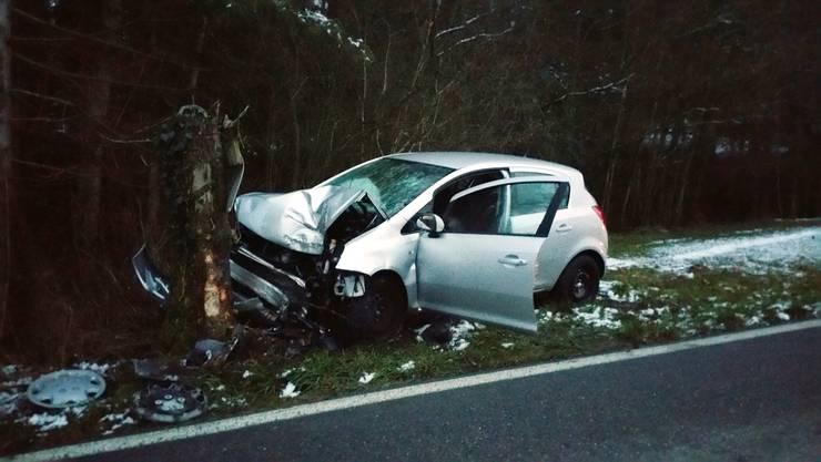 Ein 40-jähriger Opel-Corsa-Fahrer kam in Benzenschwil von der Strasse ab und prallte gegen einen Baumstrunk.