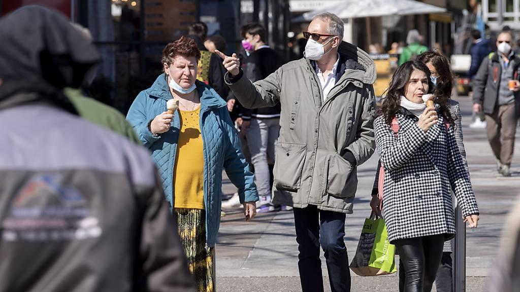 Das schöne Wetter lockt zahlreiche Deutschschweizer in den Süden. Die Tessiner Regieurung fordert deshalb die Gemeinden auf, eine Maskenpflicht im Freien zu prüfen.