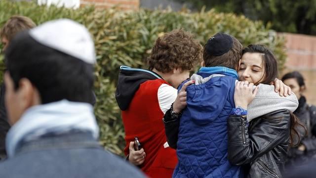 Schülerinnen und Schüler trösten sich nach dem Anschlag gegenseitig