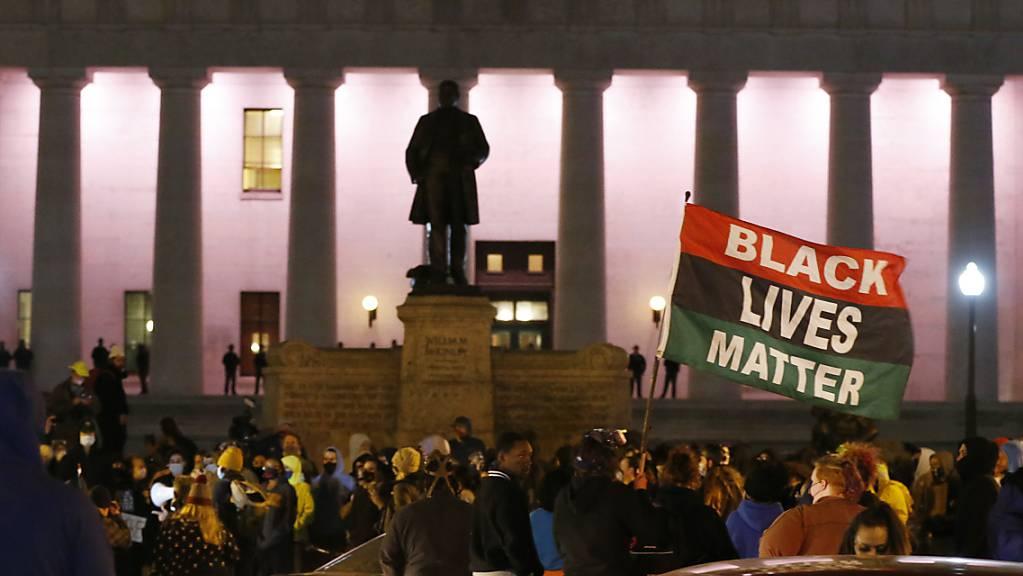 Menschen versammelten sich am gestrigen Tag während eines Protestes vor dem Ohio Statehouse in Columbus. Berichten zufolge hat die Polizei auf ein schwarzes jugendliches Mädchen geschossen und dieses tödlich verletzt. Foto: Jay Laprete/AP/dpa