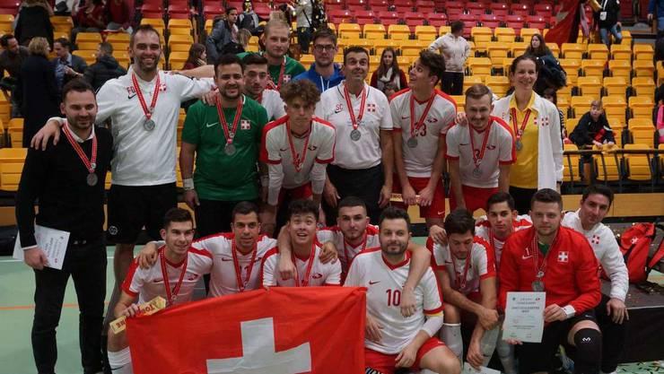 Die Freude über den zweiten Platz ist riesengross: Die Schweizer Futsal-Spieler posieren mit ihrer wohlverdienten Medaille.