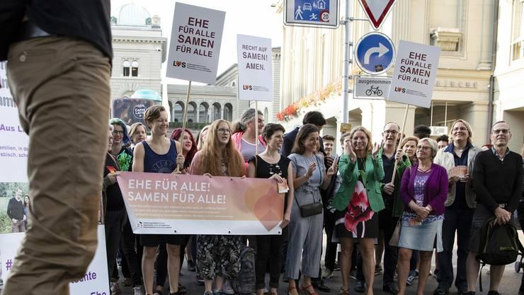 Menschen demonstrieren in Bern für die «Ehe für alle»
