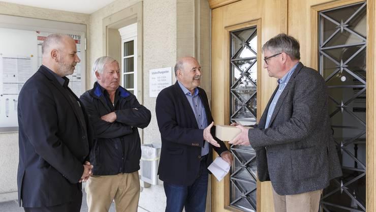 Markus Grütter, Markus Dick (links) und Richard Kopp (Mitte) übergeben Gemeindepräsident Stefan Hug-Portmann Unterschriftenbögen mit 513 Unterschriften gegen Tempo 30 im Bleichenberg