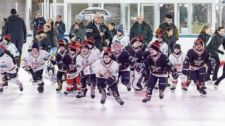 Der Nachwuchs der Argovia Stars und des Eislaufclubs Wettingen stürmt unter den Blicken des Gemeinderats das Eis.
