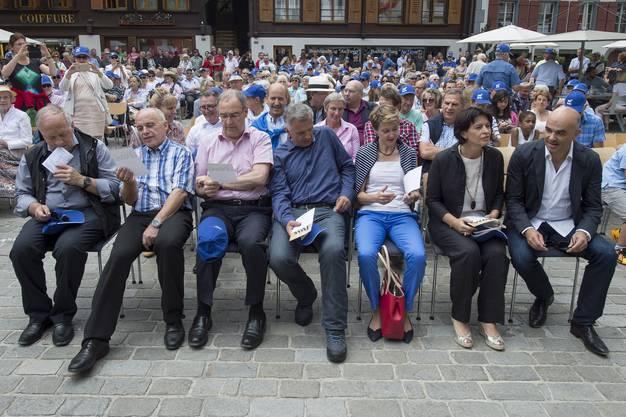 Der Gesamtbundesrat mit der Bevölkerung beim Konzert auf dem Dorfplatz von Saanen.