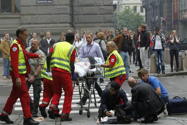 Sanitäter kümmern sich um die Verletzten des Bombenanschlages