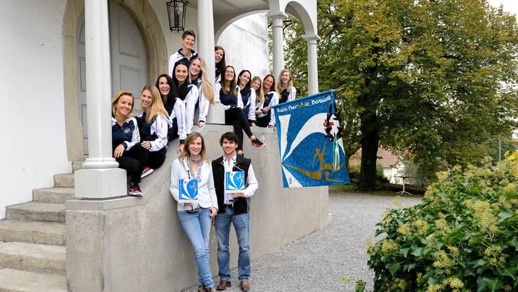 Die Freude über die eigene Vereinsfahne ist dem Team ins Gesicht geschrieben. Auf dem Bild ist auch die Fahnengotte Gabriella Werthmüller sowie der Fahnengötti Reto Stadelmann (R. Stadelmann Zimmerei GmbH) zu sehen.