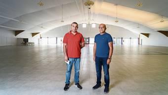 Tahir Fesli (rechts, im Bild mit Schwager Hüseyin Vural) kaufte die ehemalige Tennishalle im vergangenen Jahr.