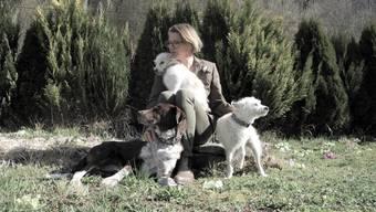 Will sich auch um hiesige Pobleme kümmern: Brigitte Post, zu Hause in Birmensdorf, umgeben von ihren drei Hunden.