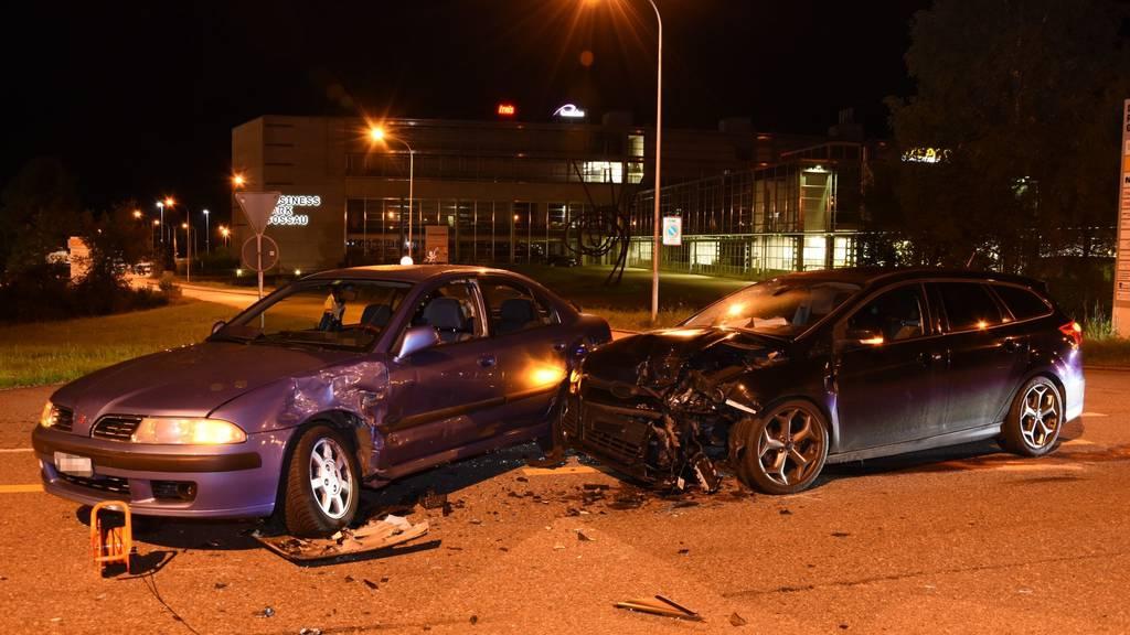 Bei einem Verkehrsunfall am frühen Samstagmorgen wurden beide Fahrer verletzt.