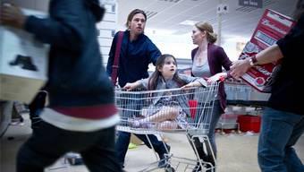 UNO-Mitarbeiter Gerry Lane (Brad Pitt) rettet Ehefrau Karen (Mireille Enos) und seine Kinder vor einer Horde rasender Untoter. Paramount Pictures