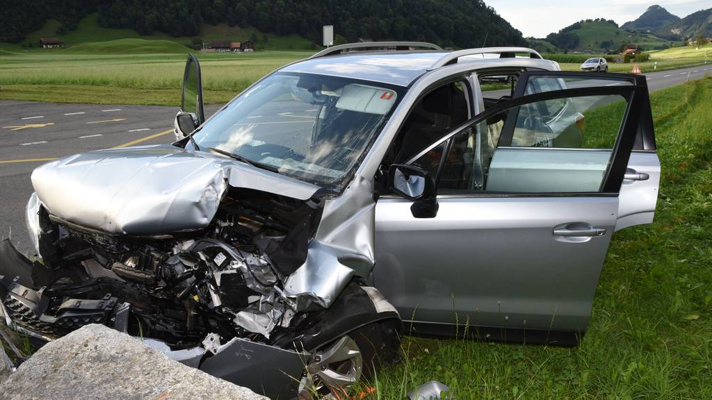 Frontal in Steinmauer: Beifahrerin stirbt bei Selbstunfall
