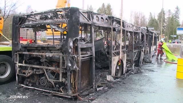VBZ-Bus brennt bei der Autobahn Rüschlikon komplett aus