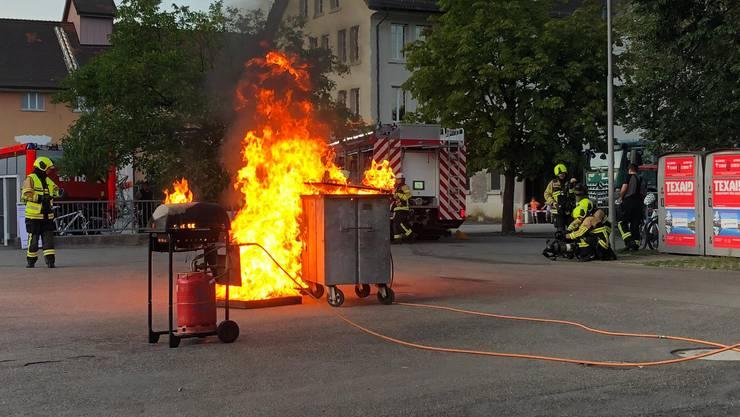 Rasch weitete sich der Gasgrill-Brand auf den daneben stehenden Container aus