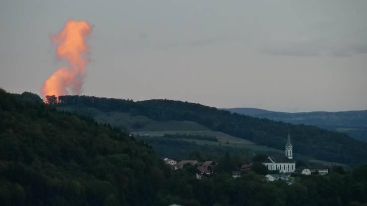 Der Kühlturm von Leibstadt scheint zu brennen ... Blick aus Gebenstorf.