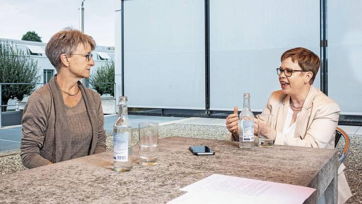 Maya Bally (links) und Ruth Müri im Gespräch in Aarau. Müri will zeitgemässe Strukturen für die Schule – Bally sagt, die Schulpflege abzuschaffen, würde schaden.