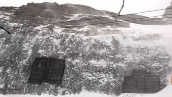 Am Eigergletscher klöpfte es am Freitag gewaltig: Es gelang auf über 2'300 Metern über Meer der Durchstich für die zukünftige Bergstation der 3S-Bahn «Eigerexpress».