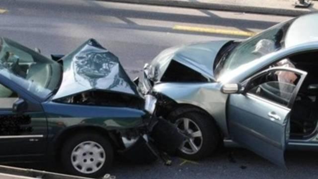 Die 22-jährige Mitfahrerin des Unfallverursachers wurde bei der Frontalkollision schwer verletzt. (Symbolbild)