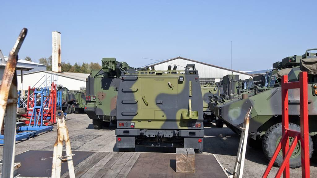 Gepanzerte Fahrzeuge auf dem Gelände der Mowag GmbH in Kreuzlingen TG - in den ersten neun Monaten 2020 haben Schweizer Unternehmen Kriegsmaterial im Wert von knapp 690 Millionen Franken exportiert. (Archivbild)