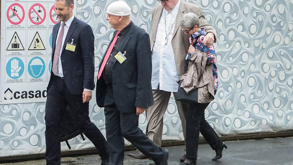 Das Ehepaar Behring mit ihren Anwälten beim Prozess vor dem Bundesstragericht 2016 in Bellinzona. Der verurteilte Finanzjongleur und Betrüger Dieter Behring starb 2019 im Alter von 63 Jahren. (Archivbild)