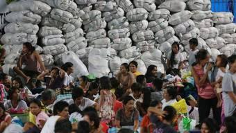 Säcke mit gespendeten Kleidern türmen sich in einem philippinischen Evakuationszentrum