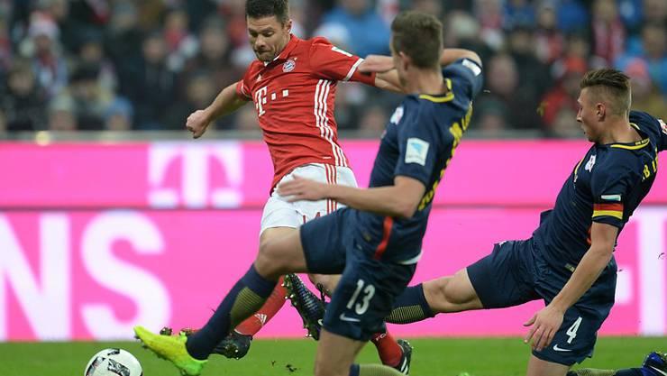 Meisterliche Lektion: Die Leipziger Verteidiger können Bayerns Xabi Alonso vor dem 2:0 nicht stoppen