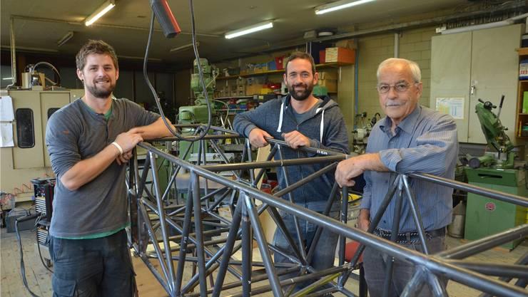 Bauen in Wohlen am Elektroflugzeug: (v.l.) Jakob Straub, Flo Gygax und Max Vogelsang. Peter Brotschi