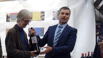 Künstler Marius Brühlmeier (l.) und Claudio Arnold, Präsident der Reben- und Trottenkommission, präsentieren die 15. Spezial-Stadtwein-Edition.