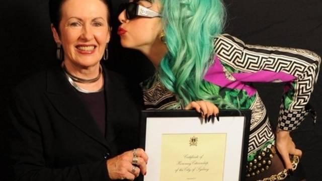 Sidneys Oberbürgermeisterin Clover Moore übergibt Lady Gaga - wie immer exzentrisch gekleidet - die Urkunde