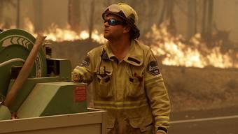 Für den Kampf gegen die zahlreichen Buschbrände hat die australische Regierung nun 3000 Reservisten aufgeboten.