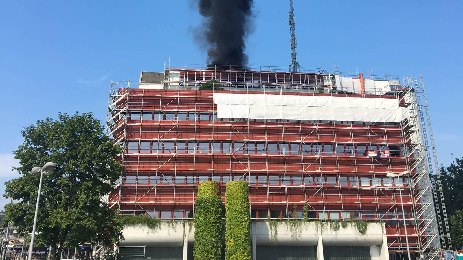 Der Brand brach auf dem Mobimo-Gebäude aus (© Radio Argovia)