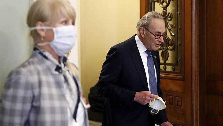 In den USA ist die Zahl der Toten, die mit dem Coronavirus infiziert waren, innert 24 Stunden erneut stark gestiegen. (Im Bild mit Maske in der Hand US-Senator Chuck Schumer)