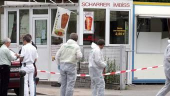 Polizisten untersuchen am 9. Juni 2005 einen Imbiss in Nürnberg, dessen türkischer Inhaber erschossen wurde (Archiv)