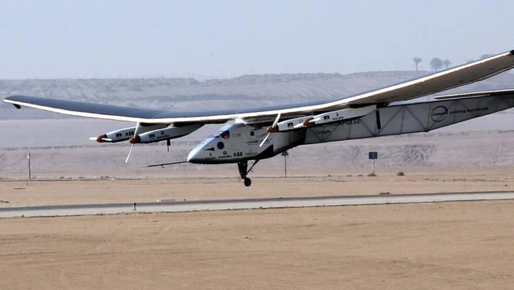 "Fast am Boden: Die ""Solar Impulse 2"" landet in Kairo."