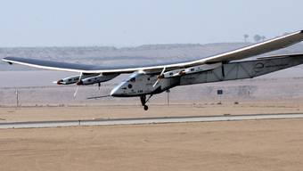 "Fast am Boden: Die ""Solar Impulse 2"" landet in Kairo."