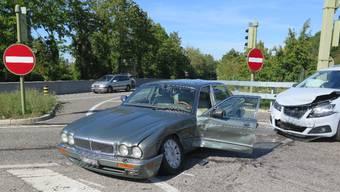 Die beiden Unfallfahrzeuge mussten durch ein Abschleppunternehmen abtransportiert werden.