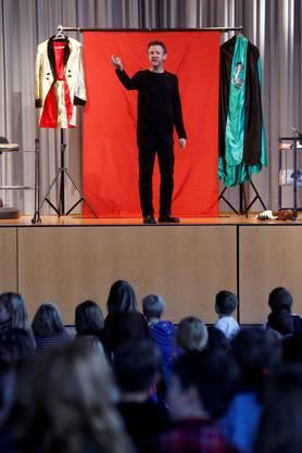 Zauberer Meister Maurer steht in der Mehrzweckhalle Lüterkofen auf der Bühne