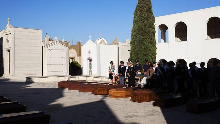 Der Friedhof von Pozzallo hat eine Urnenwand, in der auch verstorbene Flüchtlinge Platz finden: Szene einer Andacht für 18 Opfer einer Tragödie.Alessio Mamo/Redux/laif