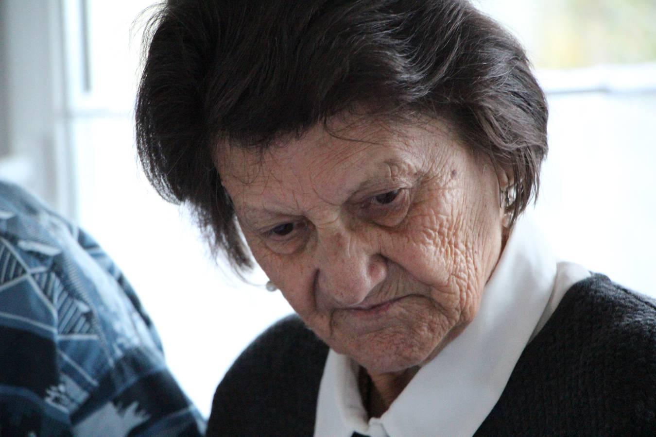 Gertrud Loher-Lüchinger, die Oma von Bachelor Patric, verfolgt jede Folge kritisch. (© Lara Abderhalden)