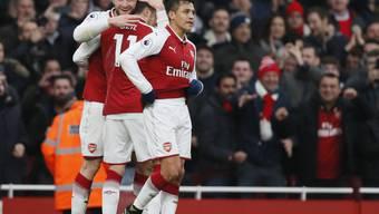 Torschützen und Vorbereiter unter sich: Arsenals Shkodran Mustafi (links) feiert mit Mesut Özil und Alexis Sanchez das Tor zum 1:0 gegen Tottenham