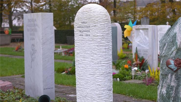 Das Grabmal fällt mit harmonischen Proportionen und überraschender Bearbeitung der Oberfläche auf.
