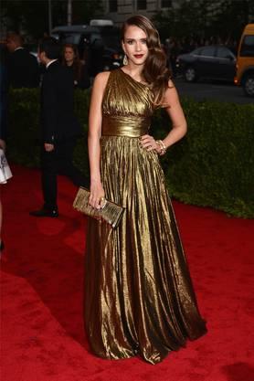 Die Schauspielerin Jessica Alba in einem Kleid aus Lamé-Stoff.