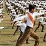 Mitglieder der indischen Nationalisten-Organisation Rashtriya Swayamsevak Sangh beim Frühsport.