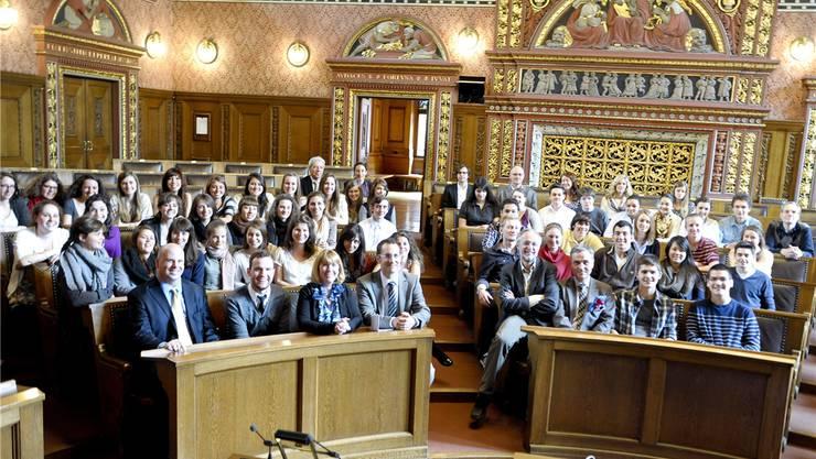 Regierungspräsident Guy Morin (Dritter von rechts, vorne) freut sich über den Besuch der jungen Amerikaner im Grossratssaal.