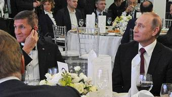 Michael Flynn und Wladimir Putin an der Gala: Ein demokratischer Kongressabgeordneter legte offen, welche Geldbeträge der abgetretene Nationale Sicherheitsberater von russischen Institutionen erhalten hat.