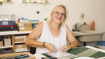 Die Künstlerin Jolanda Heimann in ihrem Atelier in Dietikon.