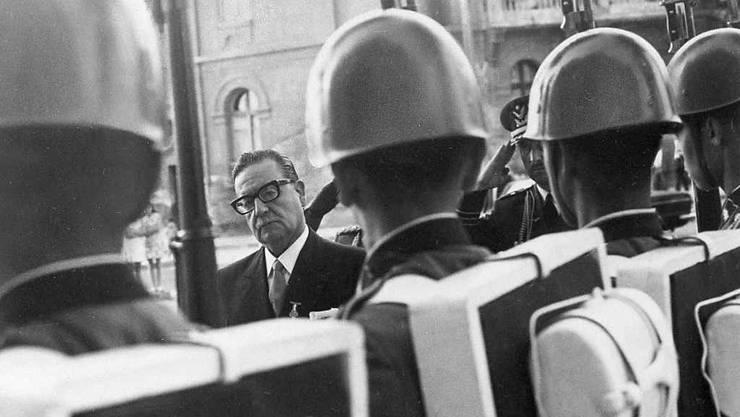 Chiles Präsident Salvador Allende bei der Truppeninspektion: Unter dessen Nachfolger, Diktator Pinochet, litten Soldaten, weshalb einige nun Schadensersatz fordern. (Archivbild)